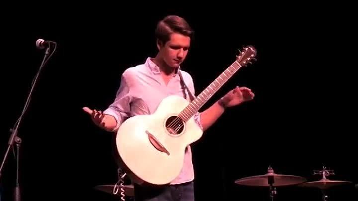 Парень нереально круто играет на гитаре Вот это виртуоз