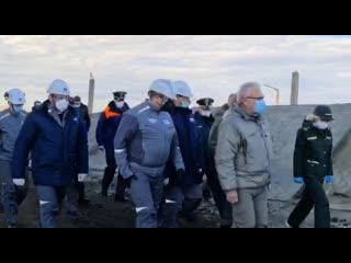 Министр МЧС России и губернатор Красноярского края Александр Усс оценили масштабы бедствия в Норильске.