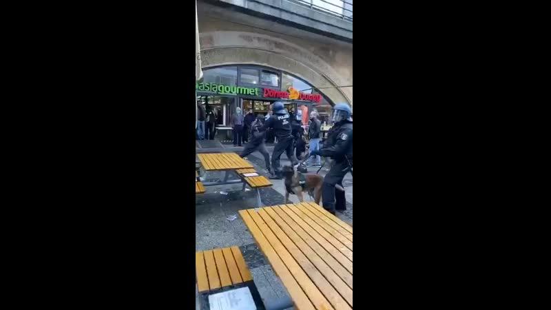 🇩🇪 Не менее 93 человек задержаны во время акций протеста против расизма, дискриминации и полицейского насилия в Берлине, во врем