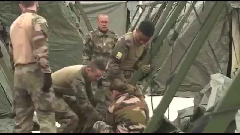 Французские военные разворачивают полевой госпиталь