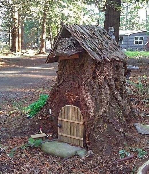 Если на участке неохота выкорчевывать старый пень, то можно сделать маленький креативный декоративный домик