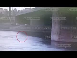 Девушка прыгнула в воду с Володарского моста