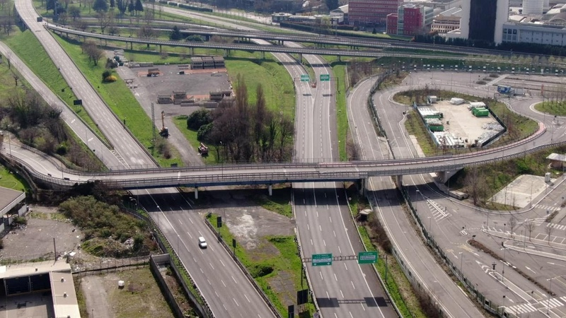 Coronavirus a Milano lo svincolo autostradale è deserto le immagini dal drone