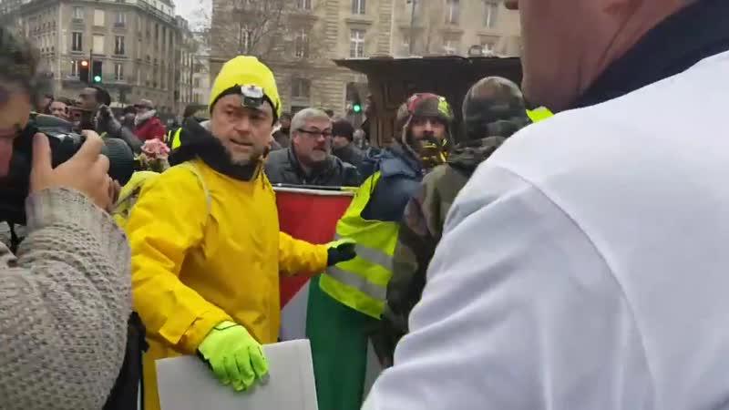 À linstant place de la République incident entre le GiletJaunes @J Rodrigues Off