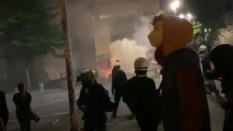 Военнослужащие и сотрудники различных силовых ведомств разгоняют протестующих в Портленде, штат Орегон3