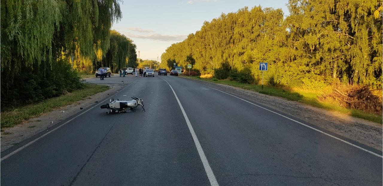 В Курской области несовершеннолетний мотоциклист без прав попал под машину