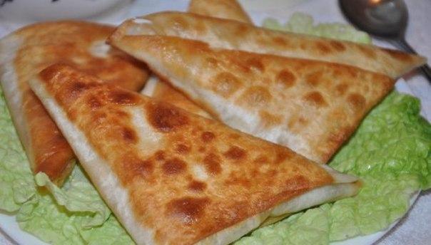 Нет ничего проще чем приготовить эти замечательные и сытные пирожки Все что вам понадобится это армянский лаваш, сыр и ветчина.Лаваш армянскийСыр твердый - 100 гКолбаса/ветчина - 100 гЗелень -