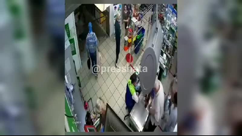 Пожилой ковид диссидент из Краснодара впечатал корзинку в лицо кассирше