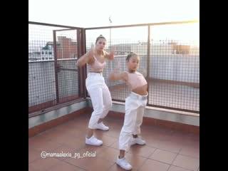 Танец мамы с дочкой
