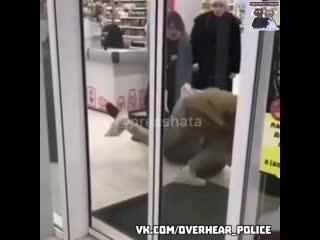 Буйный покупатель устроил драку в магазине