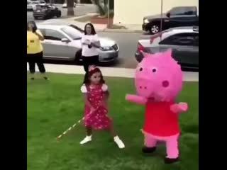 Бьют свинку пеппу