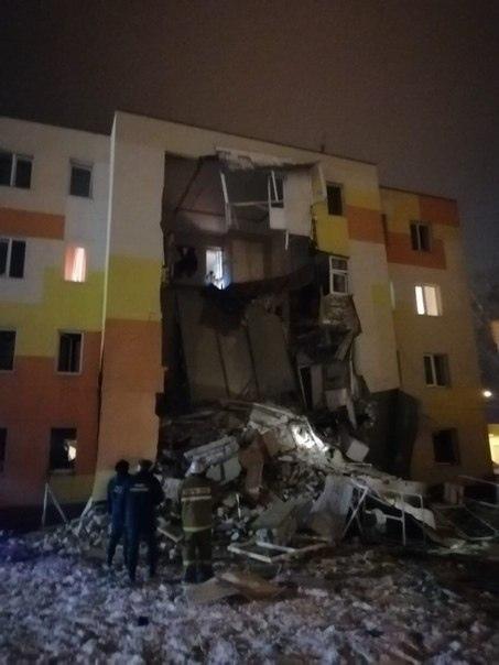 В Белгороде произошел взрыв газа в жилом доме. В результате обрушилась одна из стен. В больницу доставили двух человек с переломами и еще двух с ожогами. Один находится в противошоковой палате,