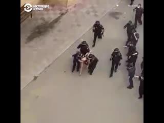 В Баку рота полиции задерживала 11 человек  они бросали мусор в полицейских