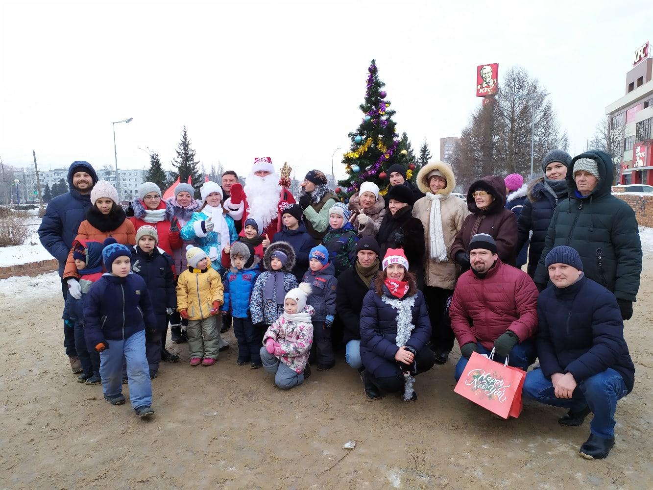 Автозаводские коммунисты подарили детям праздник.