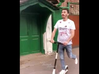 Серго показывает как катаются на самокате в Париже и в Ростове-на-Дону
