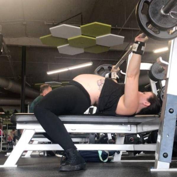 Пауэрлифтерша продолжает качать мышцу несмотря на поздний срок беременности Пауэрлифтерша на сносях, 29-летняя Сара Стронг, не считает свою беременность поводом отказаться от качалки. Американка