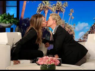 Дженнифер Энистон и Эллен Дедженерес поцеловались в эфире телешоу