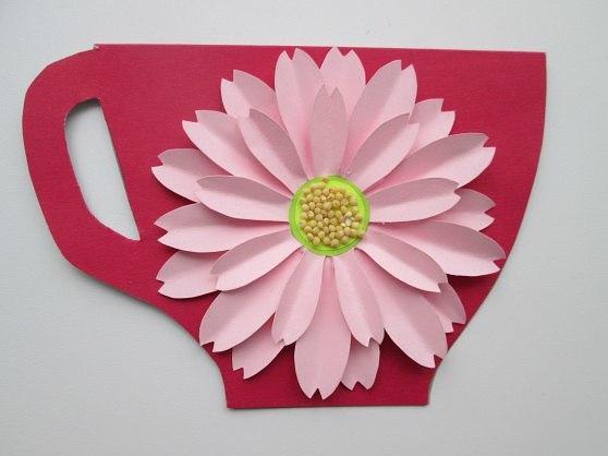 ОТКРЫТКА НА ДЕНЬ МАТЕРИ. ЧАШЕЧКА С ЦВЕТКОМ Автор Ирина ИльяшенкоДля её изготовления нам потребуется:*цветной картон;*плотная тонированная бумага;*тонкая тонированная бумага (для серединки)