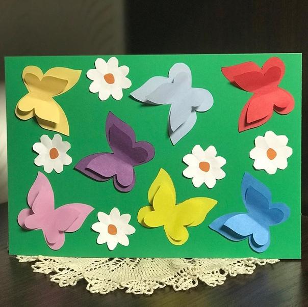 ВЕСЕННЯЯ АППЛИКАЦИЯ Красивая открытка с бабочками своими руками Для работы понадобятся:- картон,- цветная бумага,- шаблон бабочки,- ножницы,-