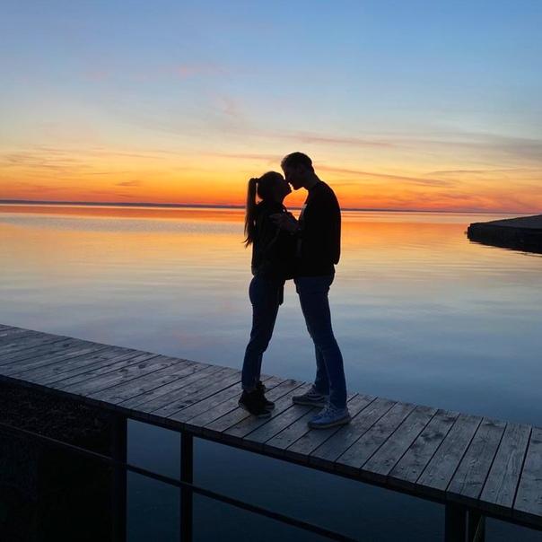 Любоваться закатом вдвоём гораздо приятней