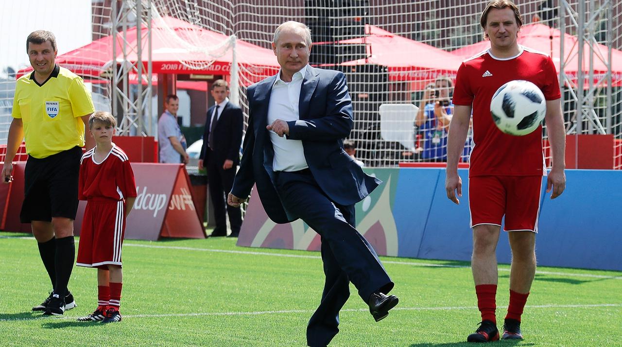 Владимир Путин бьет по футбольному мячу
