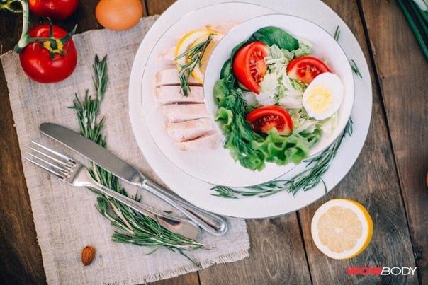 Простейший Салат с курицей Нужно :- листья салата- пекинская капуста- отварное яйцо- 1 помидор- отварное куриное филе 120 гр.- лимонГотовим:Все порезать и заправить соком лимона. Приятного