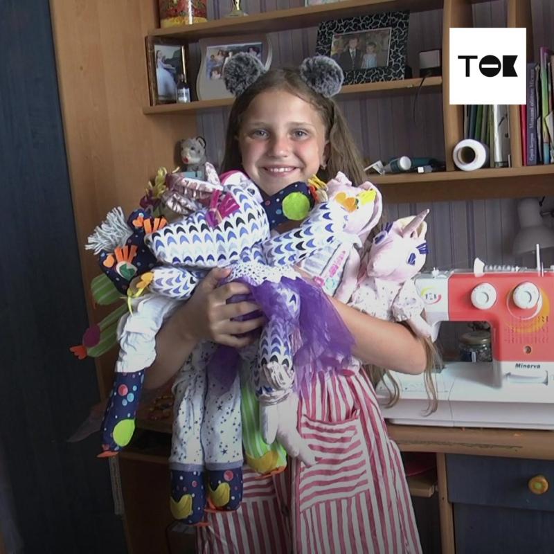 Школьница шьет игрушки, чтобы заработать на лечение знакомого мальчика