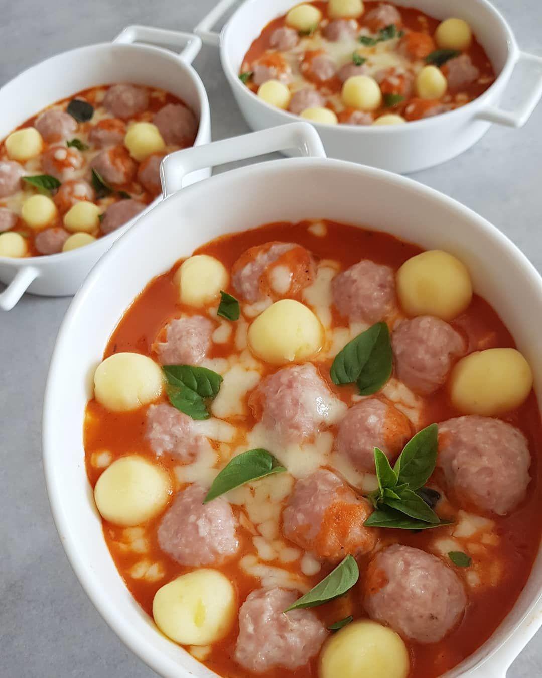 Фрикадельки запеченые в томатном соусе.