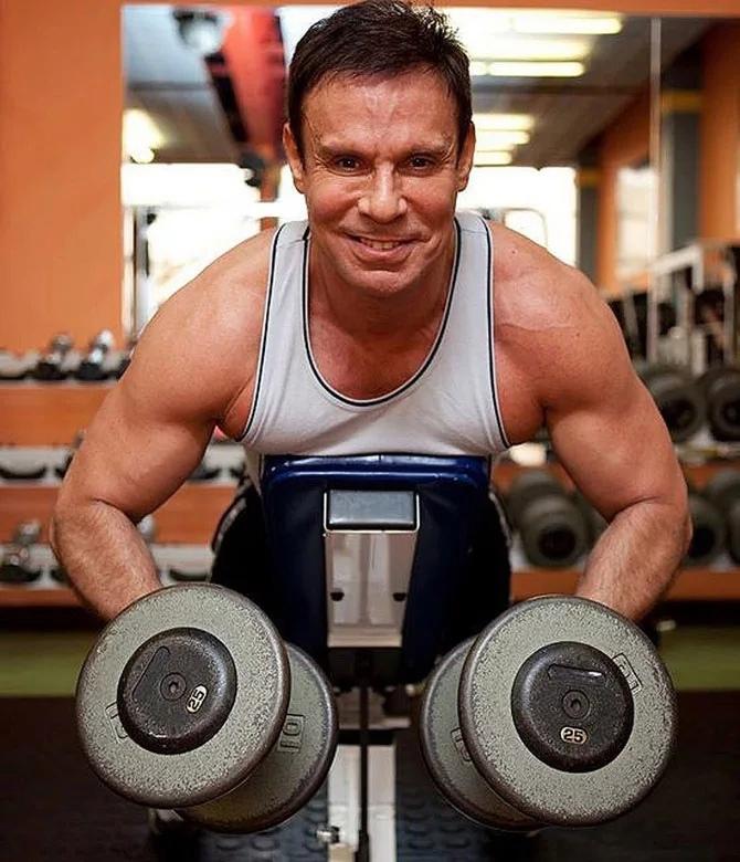 Ефим Шифрин в свои 65 лет жмет штангу в 115 килограммов