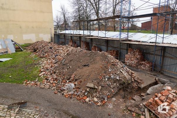 Стену старого каретника на улице Выборгской, в нар...