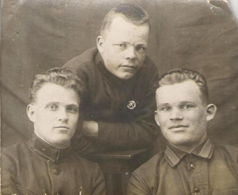 Политрук Кюршунов (справа)с боевыми друзьями. 1941 г.