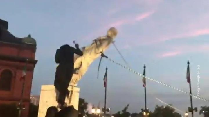 В Балтиморе протестующие снесли памятник Христофору Колумбу