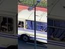 Колонна силовиков выдвинулась в сторону Немиги, видно, что многие закрываются шторками автобуса.