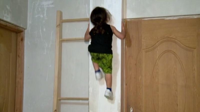 Как Человек паук только настоящий невероятные способности трёхлетнего мальчика