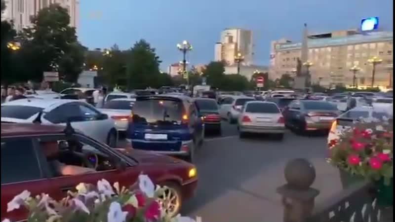 Жители Хабаровска устроили стихийный митинг в поддержку губернатора края Сергея Фургала на Комсомольской площади города