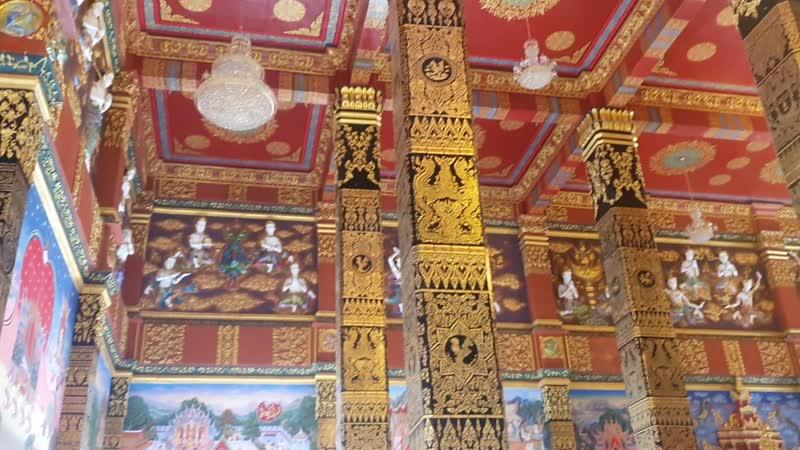 Внутри храма Wat Maha That Wachiramongkol